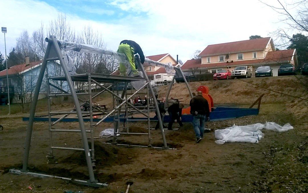 En ny lekplats håller sakta på att växa fram på Altorpsvägen.