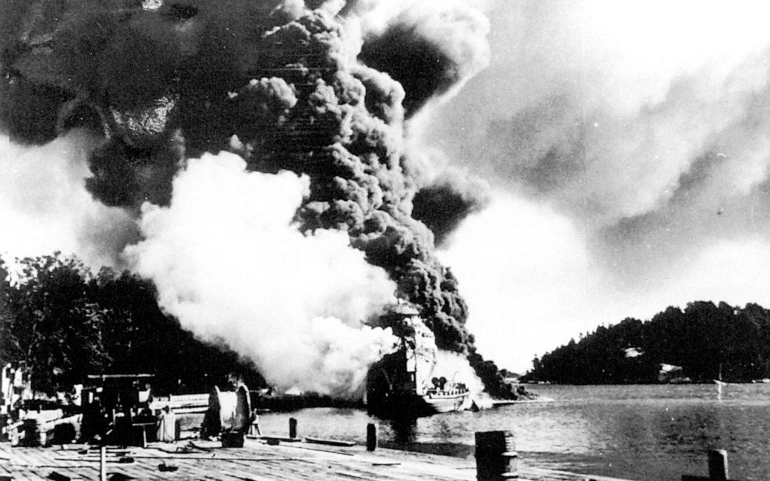 """33 sjömän omkom när tre jagare, """"Klas Uggla"""", """"Klas Horn"""" och """"Göteborg"""", sjönk efter våldsamma explosioner och brand ombord den 17 september 1941."""