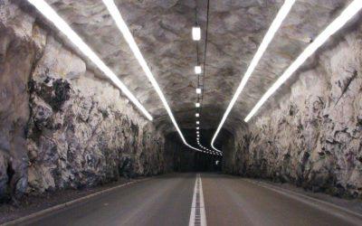 Lastbilar skadade i tunneln