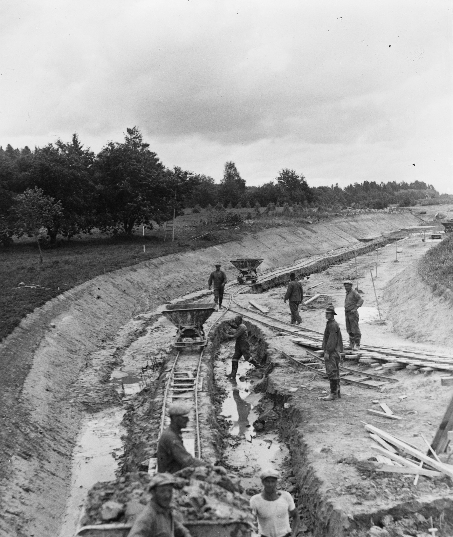 Kanalgrävning på Muskö. Inloppet sett från Hammarviken, skyddat av fördämningar. Arbetet utsfördes av statens arbetslöshetskommission. Foto: Tekniska museet