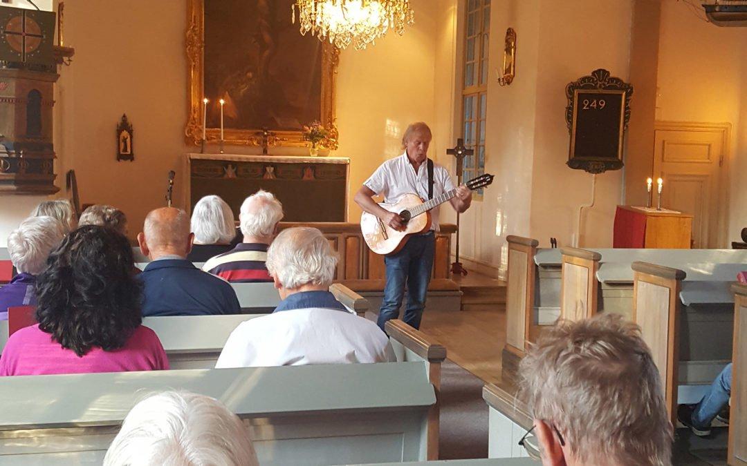 """Trubaduren Bernt Törnblom sjöng egna och andras visor i Muskö kyrka. Foto: Peter """"Peppe"""" Ohlsson"""