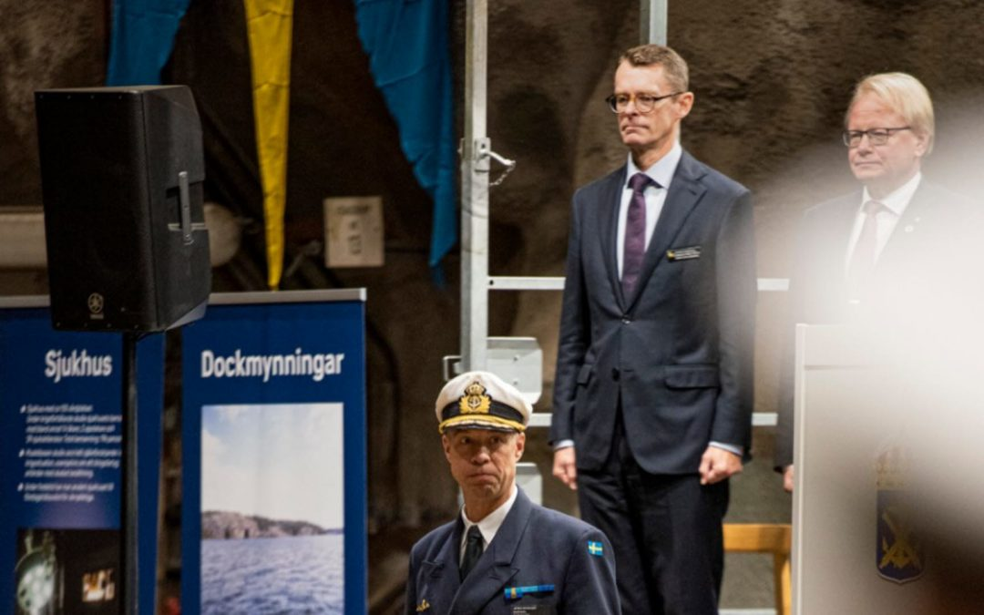 Marinchefen Jens Nykvist under invigningen tillsammans med generaldirektör Peter Sandwall och försvarsminister Peter Hultqvist i bakgrunden. Foto: Daniel Klintholm/Försvarsmakten