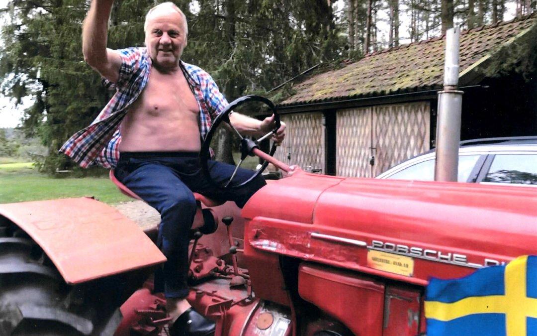 Sture Arvidsson har skänkt en väl fungerande traktor av äldre årsmodell med kärra till Muskö Hembygdsförening