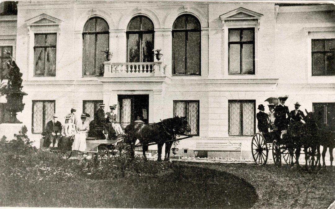 Fotot är taget 1903 framför Arbottna herrgård.