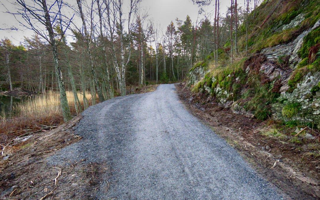 Under hösten har vägen till friluftsmuseet, från vägbommen till torpet restaurerats. Foto: Bengt Grönkvist