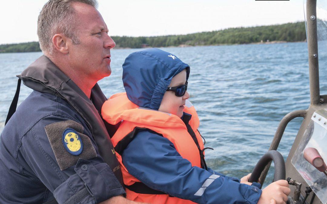 6-åriga Anton från Västerås har Retinoblastom (en typ av cancer i ögonen). På sin Stora Dag önskade han besöka Försvarsmakten för att få se en ubåt. Foto: Rebecca Landberg, Försvarsmakten