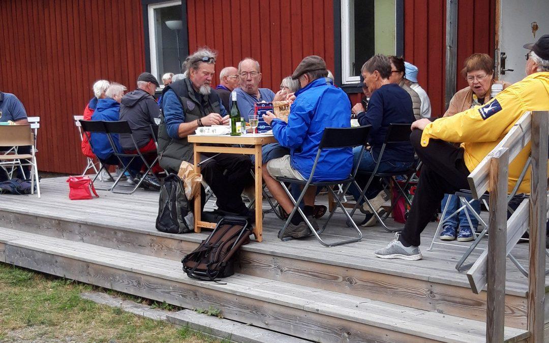 Muskö pensionärsförening fikar vid Muskö IFs klubbstuga. Foto: Kerstin Söderström