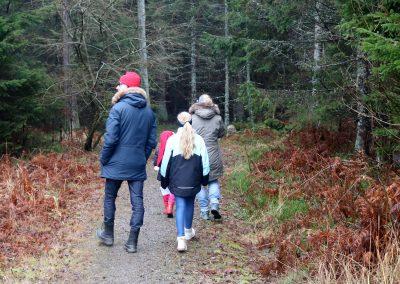 Barnen som deltog fick leta längs det lilla motionsspåret efter tomtens bortsprungna nissar. Foto: Frida Söderström