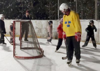 Håkan Öhman hade en väldigt uppskattad skridskoskola på hockeyrinken. Foto: Bengt Grönkvist