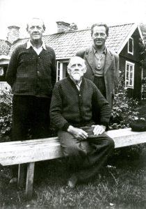 Albert Åkerström med sönerna Harald och Fritjof i slutet av 1940-talet utanför Älvsnabbstorpet. Albert hade också seglat på de stora haven i sin ungdom. Hans sjömanskista finns i hembygdsföreningens samlingar.
