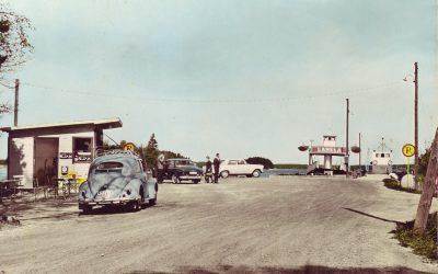 Ett gammalt fotografi – Bilfärjan RUNE vid Mickrums brygga