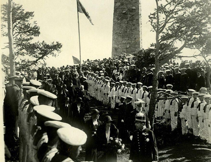 Svenska Örlogsflottan har fått sitt monument på Kapellön vid Mysingefjärden invigt. 15 juni 1930. Okänd fotograf / Sjöhistoriska museet
