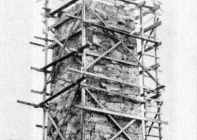 """Stensockeln är 11 meter hög och basen 5 x 5 meter. Murens tjocklek är 1 meter och stenblocken är utsprängda på platsen. Innanför muren finns ett betongmurverk kraftigt nog att bära ankaret som väger 3 ton. Det har tillhört ånglinjeskeppet """"Stockholm""""."""